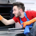 Veja como tirar gordura do forno e fogão de maneira fácil