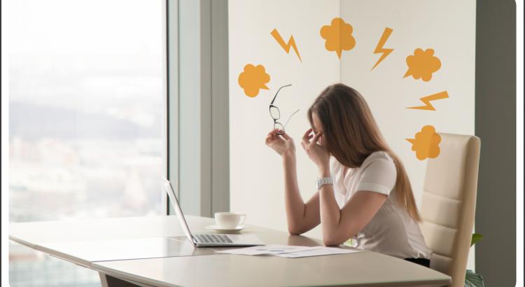 empresária com síndrome de burnout sentada na mesa e exausta com vapores e raios de tensão alaranjados saindo de sua cabeça