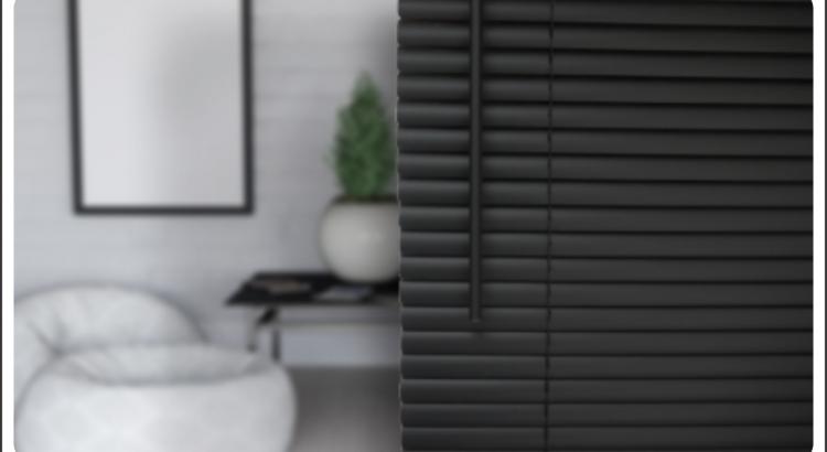 como limpar persianas destacada com sala ao fundo