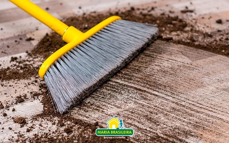 vassoura-limpando-terra-blog-da-maria-brasileira